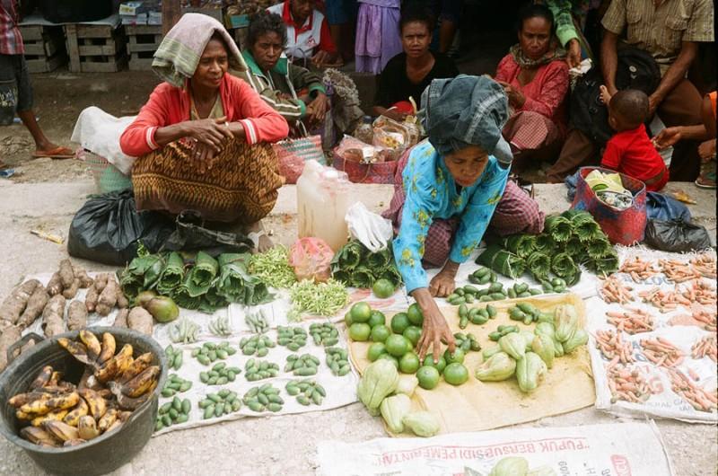 Berbagai barang kebutuhan sehari-hari dijual oleh warga Oinlasi